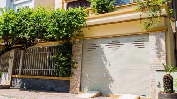 Lắp cửa cuốn hợp phong thủy cho nhà phố